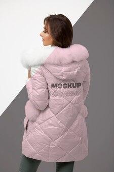 Średnio strzał kobieta ubrana w kurtkę zimową