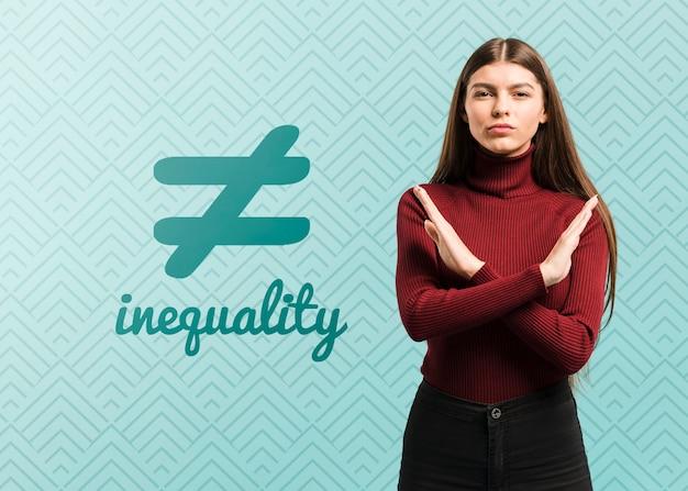 Średnio strzał kobieta z symbolem nierówności