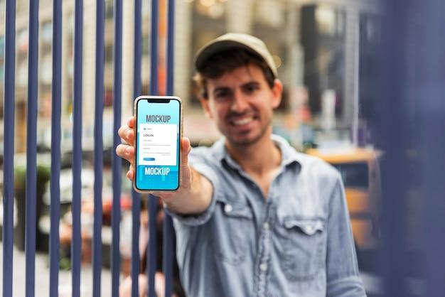 Średnio strzał mężczyzna trzyma smartfon