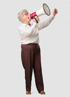 Starsza kobieta z pełnym ciałem podekscytowana i euforyczna, krzycząca z megafonem, znak rewolucji i zmiany, zachęcająca innych ludzi do ruchu, lider osobowości