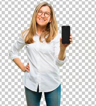 Starsza piękna kobieta z telefonu inteligentny ekran dotykowy