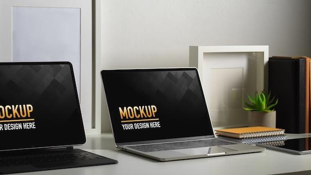 Stół roboczy z makietami laptopa z rośliną