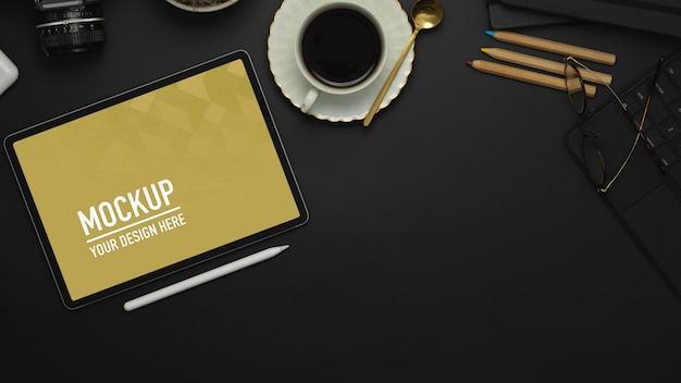 Stół roboczy z tabletem, rysikiem, filiżanką kawy, makietą materiałów eksploatacyjnych