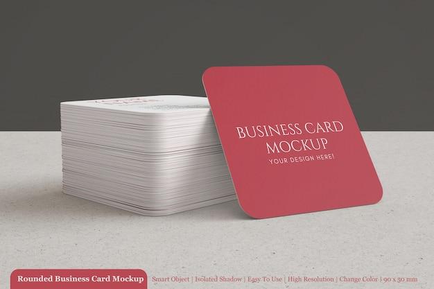 Stos okrągłe kwadratowe wizytówki korporacyjnej makiety z teksturowanego papieru