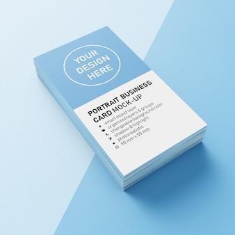 Stos realistycznej wizytówki premium o wymiarach pionowej wizytówki 90x50 mm z ostrym narożnym szablonem makiety w widoku z przodu