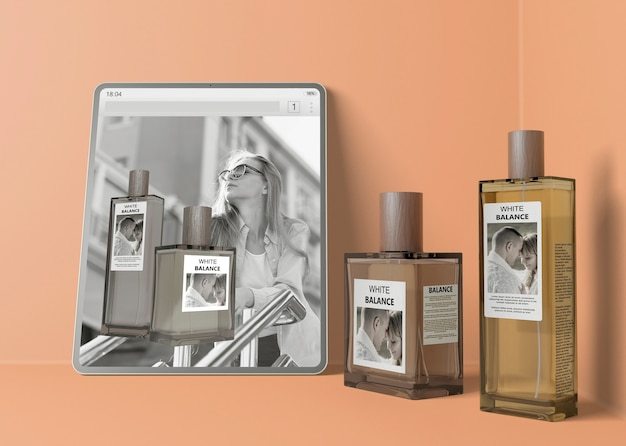Strona internetowa z perfumami obok butelek perfum