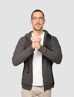 Student robi gest pracy zespołowej rękami