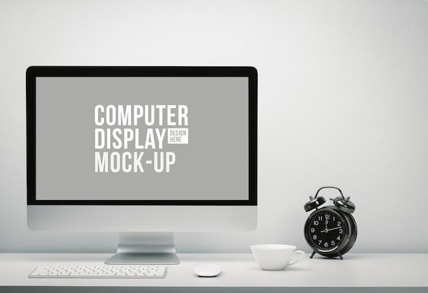 Stylowa przestrzeń robocza z pustym ekranem komputera do makiety na biurku z klawiaturą, myszą, filiżanką kawy i zegarem. skopiuj miejsce na ścianie na tekst.