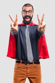 Super bohater robi gest zwycięstwa
