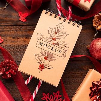 Świąteczna makieta notatnika z widokiem z góry