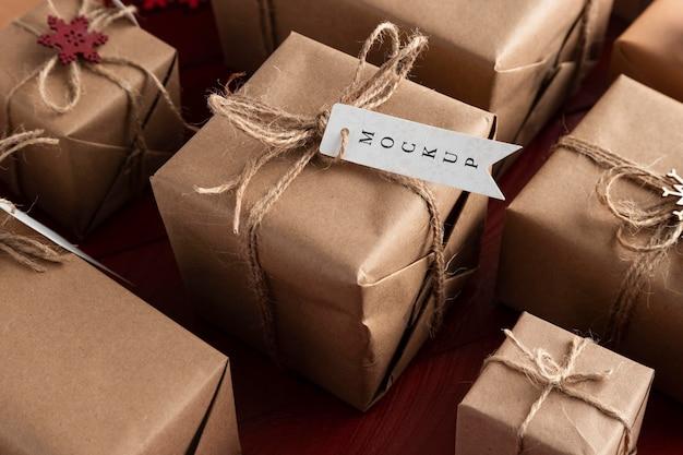 Świąteczna makieta wysokiej widoku zapakowane prezenty