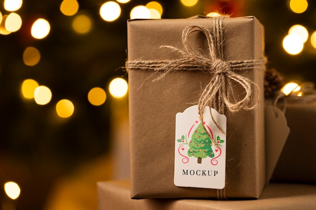 Świąteczna makieta zapakowany prezent z etykietą