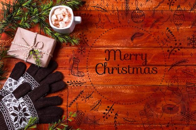 Świąteczny napój obok prezentu i rękawiczek