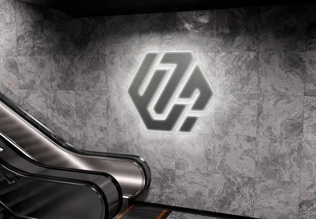 Świecące logo 3d na ścianie stacji metra