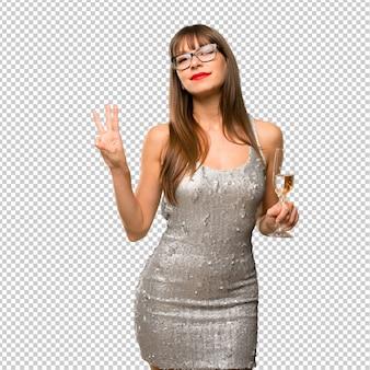 Święta bożego narodzenia. kobieta jest ubranym cekinową suknię z szampanem świętuje nowego roku 20