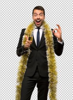 Święta bożego narodzenia. mężczyzna z szampanem świętuje nowego roku 2019