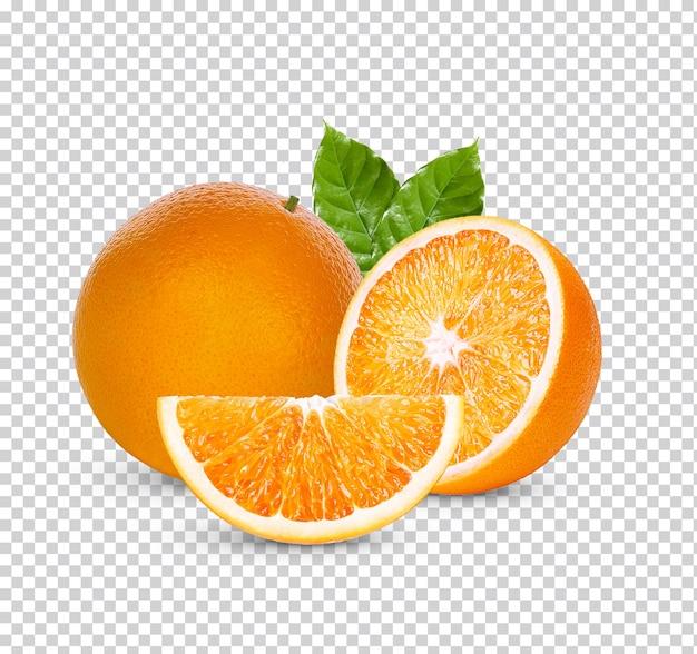 Świeża pomarańcza z zielonymi liśćmi na białym tle