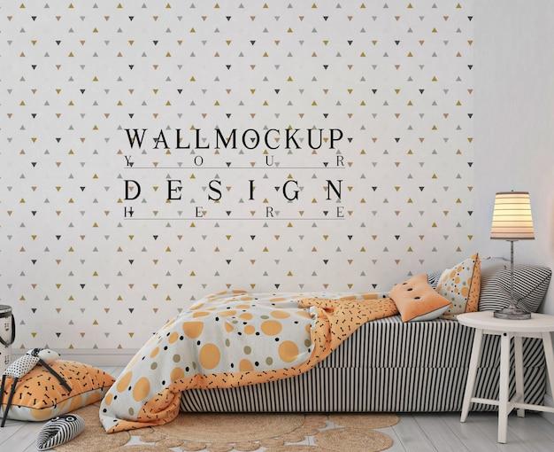 Sypialnia dziecięca z pomarańczowym łóżkiem i makietą ścienną
