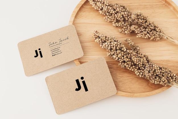 Szablon makiety wizytówki z papieru pakowego, minimalistyczny styl.