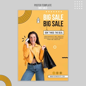 Szablon plakatu na dużą sprzedaż z kobietą i torbami na zakupy