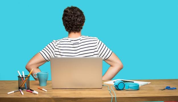 Szalony człowiek z tyłu z laptopem