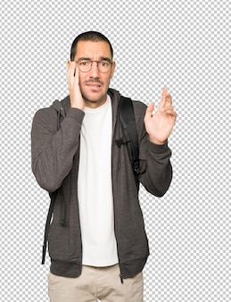 Szalony student wykonujący nerwowy gest