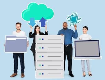 Szczęśliwi różnorodni ludzie biznesu trzyma biurowych technologii ikony
