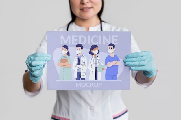 Szczegół kobieta trzyma sztandar medycyny