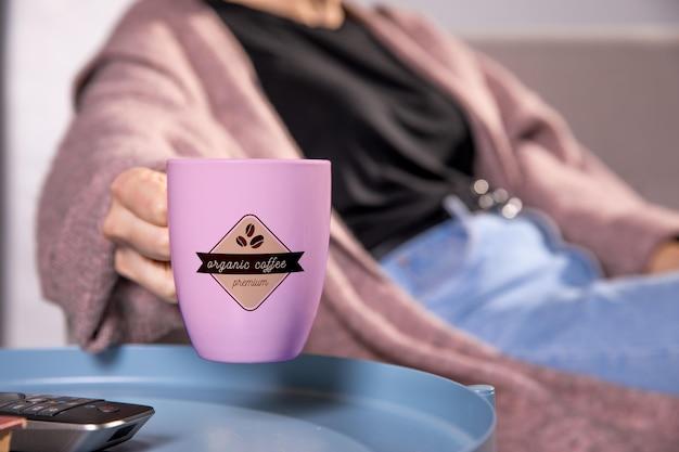 Szczegół kobieta z różowym kubkiem kawy