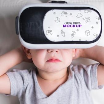 Szczegół młody chłopak próbuje wirtualnej rzeczywistości z makiety