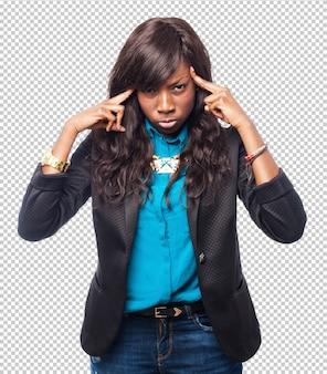 Szczęśliwa czarna kobieta skoncentrowana