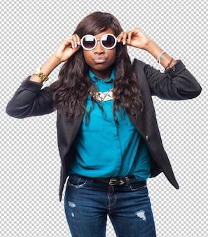 Szczęśliwa czarna kobieta z okularami przeciwsłonecznymi