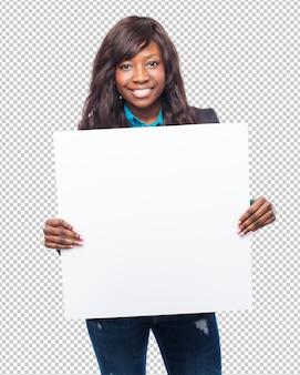 Szczęśliwa czarna kobieta z pustym plakatem
