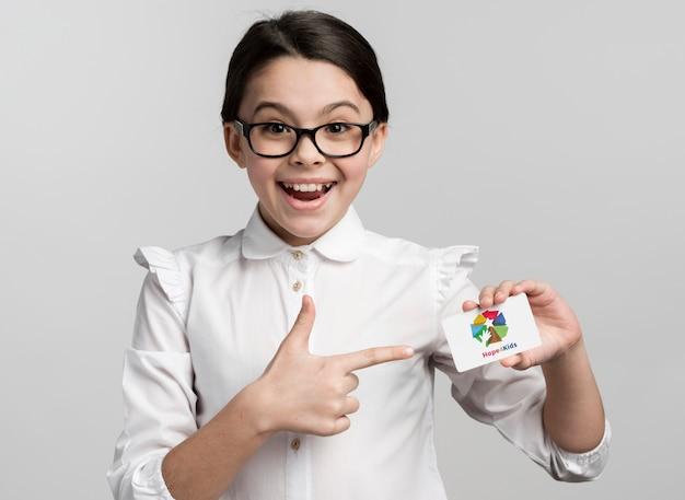 Szczęśliwa dziewczyna wskazuje przy egzaminem próbnym