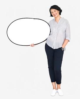 Szczęśliwa kobieta trzyma białego pustego sztandar