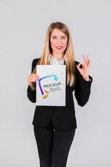 Szczęśliwa kobieta trzyma makietę koncepcji afisz