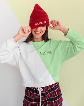 Szczęśliwa kobieta ubrana w makietę bluzki