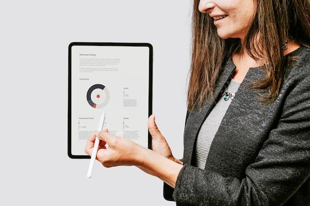 Szczęśliwa kobieta z cyfrowym tabletem
