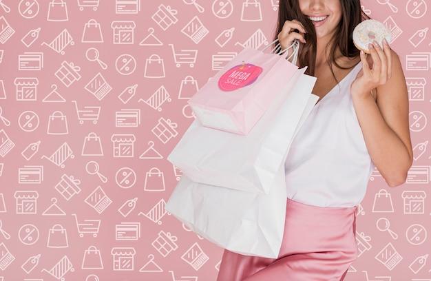 Szczęśliwa kobieta z torba na zakupy przestrzenią