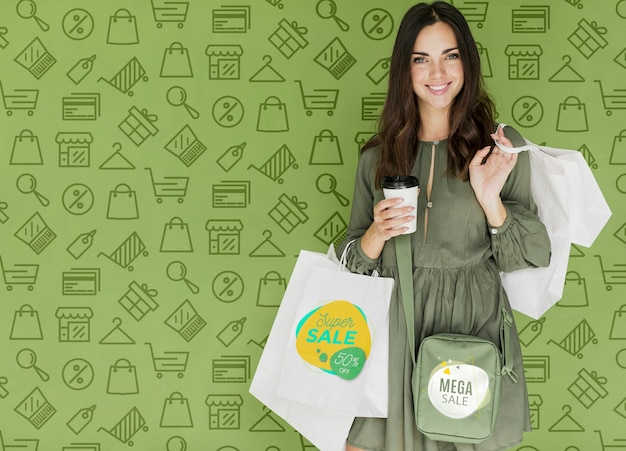 Szczęśliwa kobieta z zakupami, które kupiła