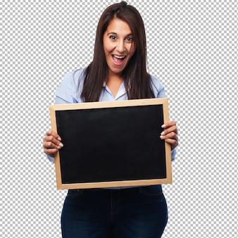 Szczęśliwa młoda kobieta z korkową deską