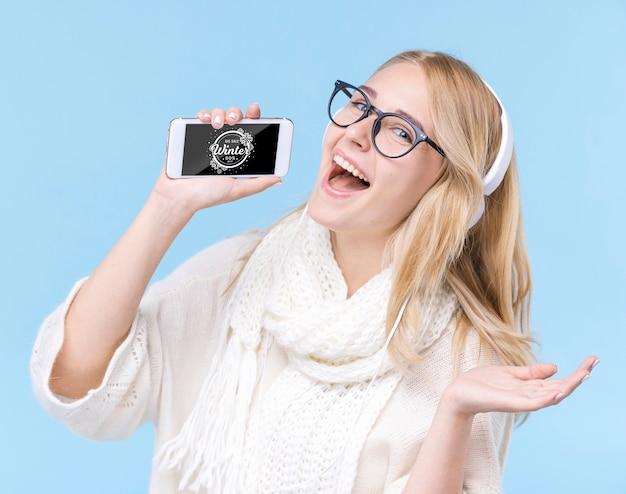 Szczęśliwa młoda kobieta ze słuchawkami