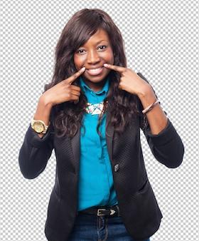 Szczęśliwa uśmiechnięta czarna kobieta