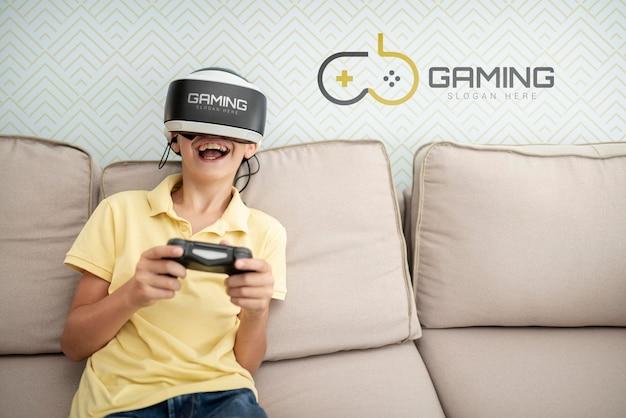 Szczęśliwe dziecko grając w gry w pomieszczeniu