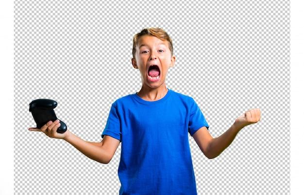 Szczęśliwe dziecko grające na konsoli