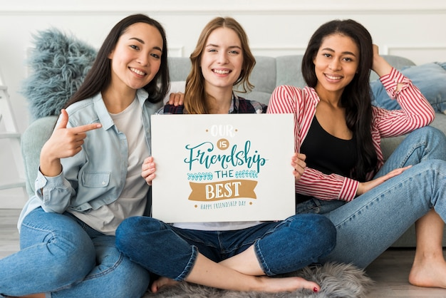 Szczęśliwego dnia przyjaźni. młode kobiety najlepsze przyjaciółki świętujące dzień przyjaźni