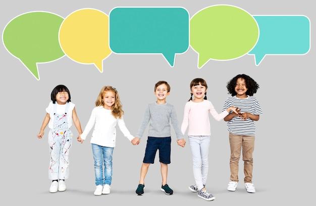 Szczęśliwi różnorodni dzieciaki z mowa bąblami