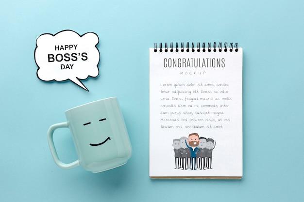 Szczęśliwy dzień szefa z kubkiem i notatnikiem