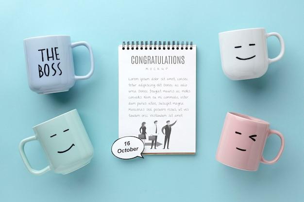 Szczęśliwy dzień szefa z notebookiem i kubkami