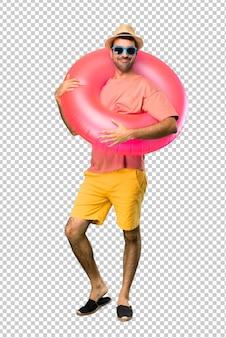 Szczęśliwy mężczyzna z kapeluszem i okularami przeciwsłonecznymi na jego wakacje